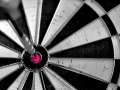 foto-dartbord-met-pijl-of-flight-in-bullseye-hd-darten-wallpaper-achtergrond